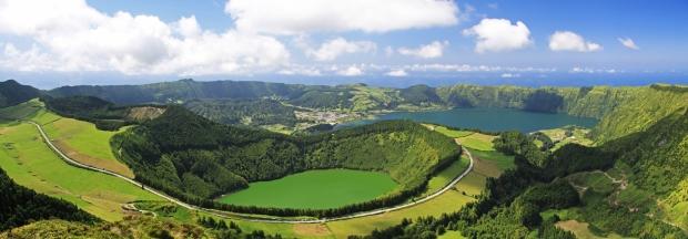 Caldeira_Sete_Cidades_viewpoint_near_Lagoa_de_Canario_Sao_Miguel_Azores_Shutterstock_38510794-2